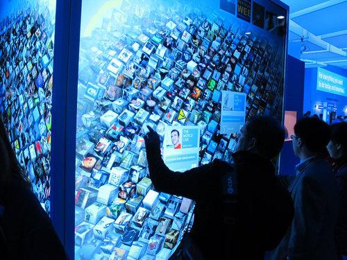 Recette pour impressionner les visiteurs d'un salon : Prenez quelques centaines de flux de news, transformez les sous forme de cubes en 3D, et mettez le tout sur deux écrans...