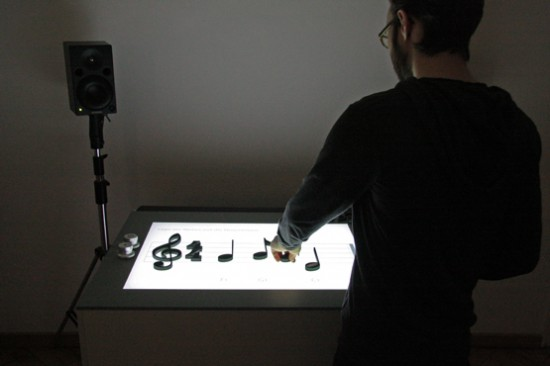 Conçue par Jürgen Graef et Jonas Heuer, Noteput est une table interactive musicale bien particulière. Démonstration vidéo :