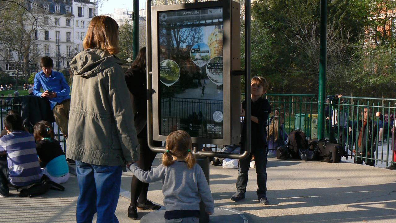 Créé par Maria Laura Méndez-Marten, designer industriel, nAutreville est un panneau interactif très particulier et inédit, puisqu'il est à la fois tactile, transparent, rotatif, connecté au web (notamment à twitter)...