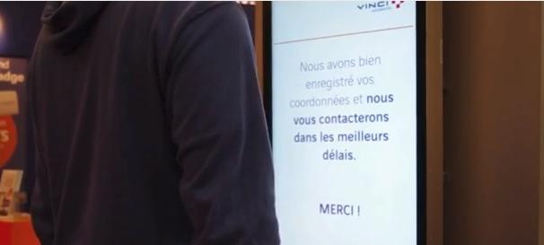 Vinci-autoroutes-ecran-interactif-contact-telepeage