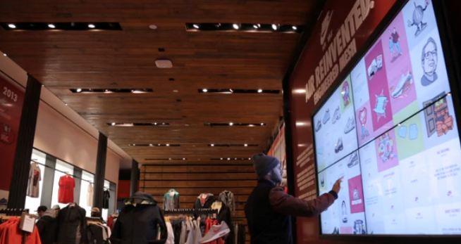 Un mur tactile dans un magasin Nike